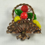 B 366 - Broche panier de fruits 1950